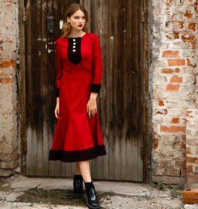 Красное платье с крупными жемчужными пуговицами
