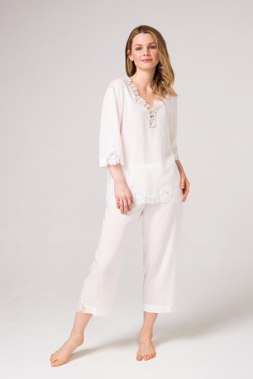 Белый пижамный комплект блуза и брюки с уникальным хлопковым кружевом.