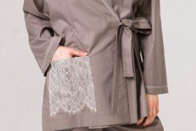 B03 Хлопковое кофейное кимоно с отделкой кружевом по карману и декоративной строчкой