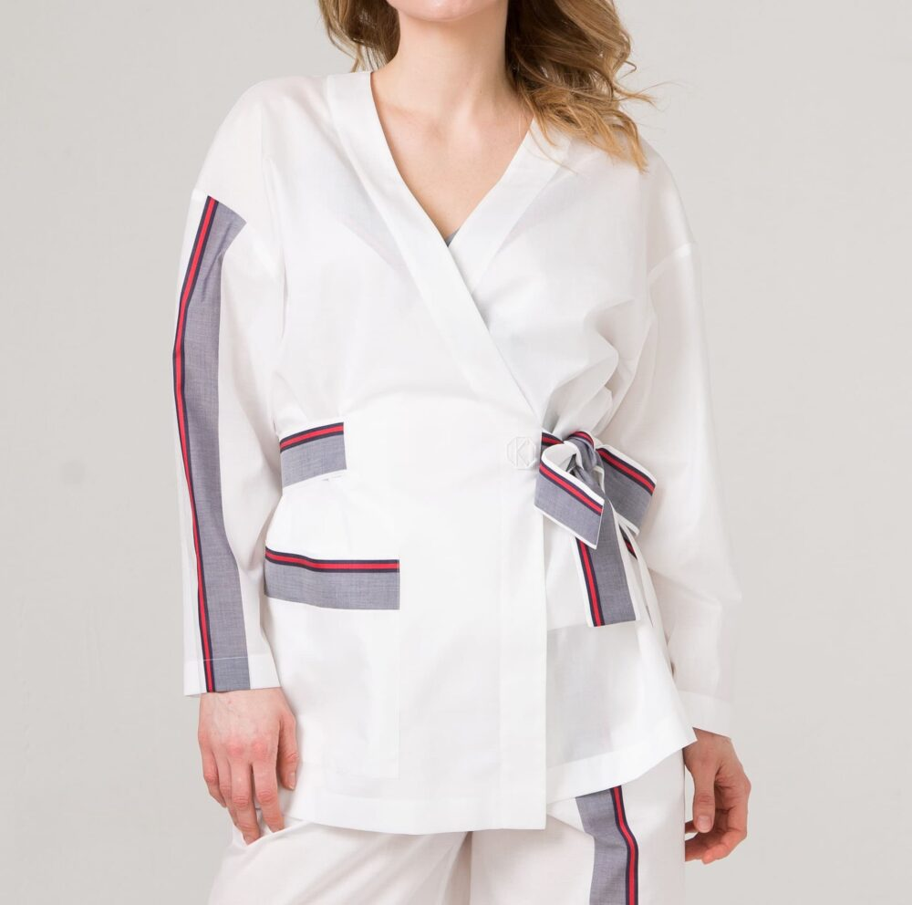 Белое хлопковое кимоно из 100% хлопка с цветной полосой.