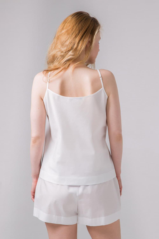 Комплект топ и шорты из белого хлопка с цветной полосой для дома и отдыха.
