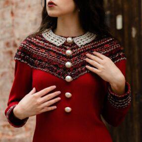 Красное платье с молочным жемчужным воротником