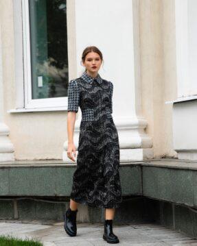 Удлиненное, приталенное платье из жаккарда.